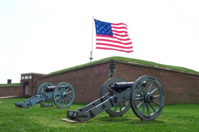 Cannons and Flag at Fort McHenry. Credit NPS.